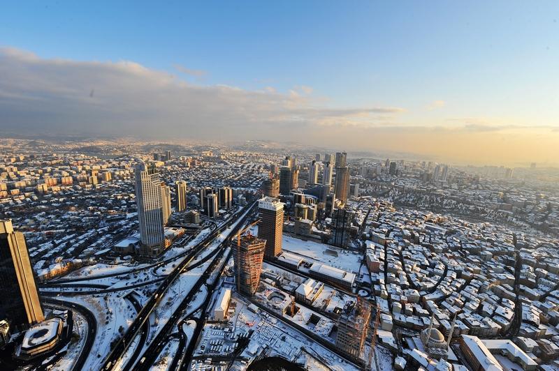 Стамбул, Турция, 9 января. Сильные снегопады парализовали жизнь в городе. Фото: BULENT KILIC/AFP/Getty Images