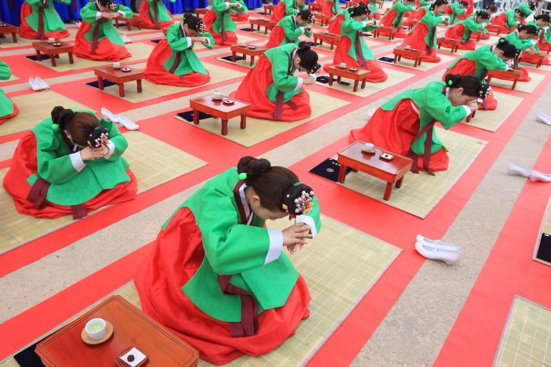 Сеул, Южная Корея, 20 мая. 20-летние кореянки участвуют в традиционной конфуцианской церемонии посвящения во взрослую жизнь. Фото: Chung Sung-Jun/Getty Images