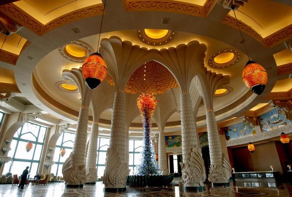 Холл отеля Атлантис. Фото: MARWAN NAAMANI/AFP/Getty Images