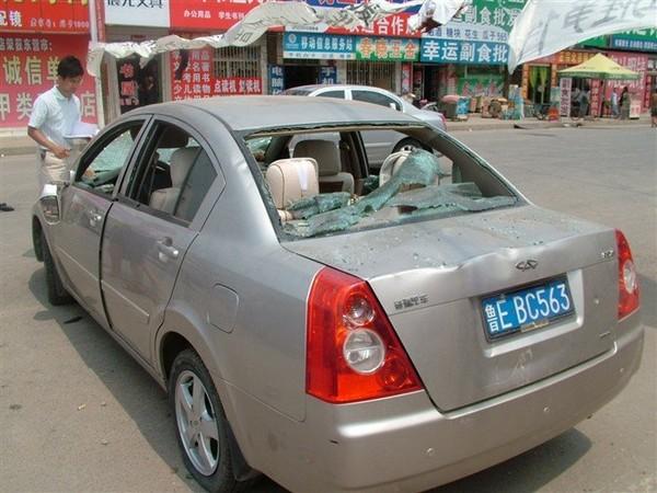 Нанятые бандиты разбили и разграбили более 20 автомобилей. Фото с epochtimes.com