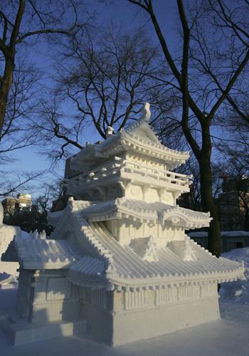 Размеры снежных скульптур могут достигать 25 метров в ширину и 15 метров в высоту. Фото: Junko Kimura/Getty Images
