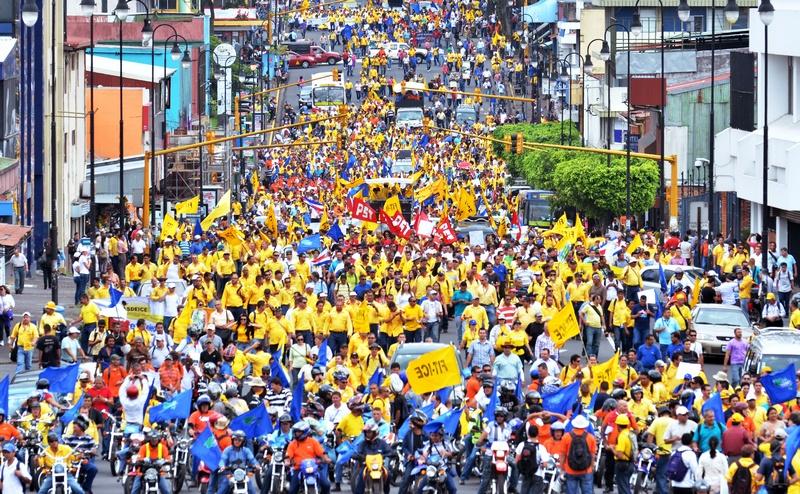 Сан-Хосе, Коста-Рика, 30 июля. Сотни работников Института электричества вышли на демонстрацию в знак протеста против сокращения бюджетных ассигнований. Фото: EZEQUIEL BECERRA/AFP/GettyImages