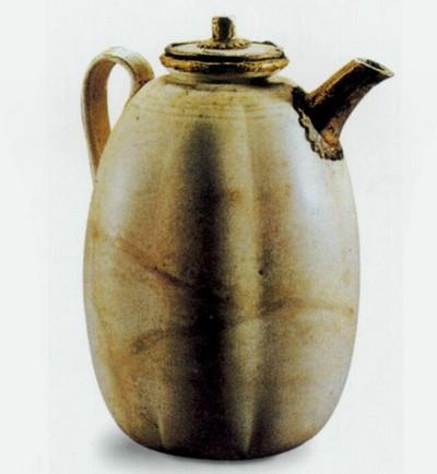 Чайник из золота, покрытый белой глазурью. Высота 15,7 см, диаметр в основании 6,3 см. Династия Тан. . Фото с aboluowang.com