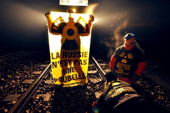 Активисты «Гринпис» приковали себя к железнодорожной линии в Шербуре (западная Франция), пытаясь предотвратить прибытие поезда, везущего уран для России. 25 января 2010. Фото: Жан-Пол Барбиер/AFP/ Getty Images