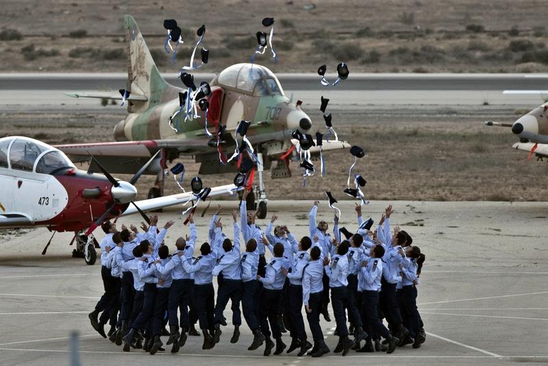 Хацерим, Израиль, 27 декабря. Курсанты элитной лётной школы отмечают завершение обучения. Фото: JACK GUEZ/AFP/Getty Images
