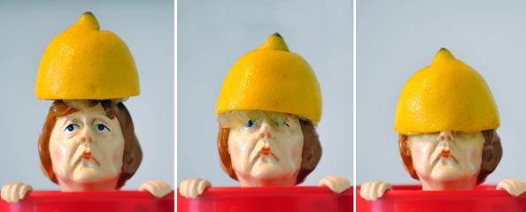 Миниатюру немецкого канцлера Ангелы Меркель использовали в рекламе для демонстрации выжимки лимона. Мюнхен, 26 января 2010. Фото: OLIVER LANG/AFP/Getty Images