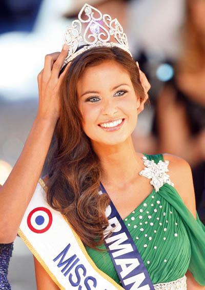 Мисс Нормандия Малика Менард (Malika Mеnard), 22-летняя брюнетка, стала обладательницей титула Мисс Франция – 2010. Ницца, Франция. Фото: VALERY HACHE/AFP/Getty Images