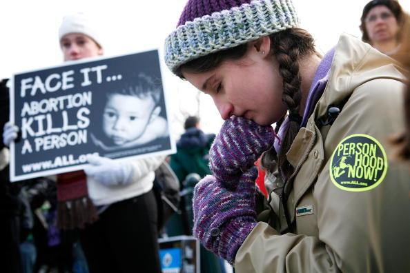 Борец против абортов Марибет Келли, молится во время ежегодного собрания движения «За жизнь» перед Верховным судом США. Вашингтон, 22 января 2010. Фото Алекса Вонг/Getty Images