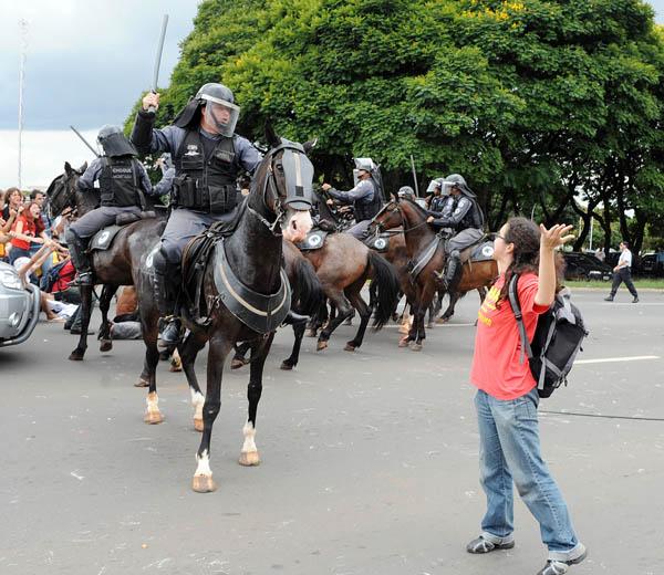 Стражи порядка разгоняют студентов во время протеста против губернатора федерального округа Хосе Роберто Арруды. Его обвиняют в коррупции. Бризилиа, Бразилия. Фото: EVARISTO SA/AFP/Getty Images