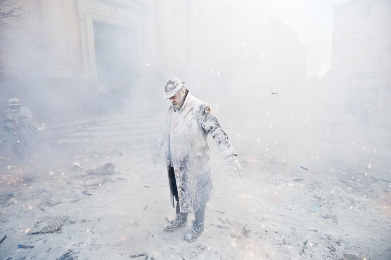 Иби, Испания, 28 декабря. «День дурака» жители встретили традиционными боями мукой и яйцами. Фото: David Ramos/Getty Images