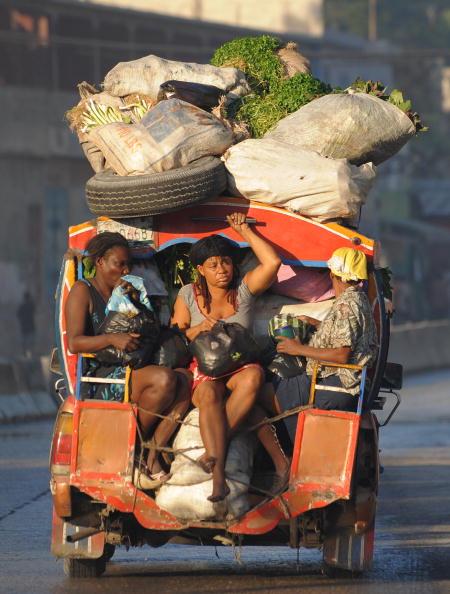 Гаитяне, пережившие землетрясение, переезжают. Порт-о-Пренс, 19 января 2010. Фото Джевела Самада/ AFP / Getty Images