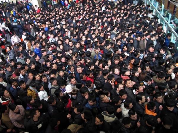 Очереди в билетные кассы во время «новогодней миграции» китайцев. 10 февраля 2010 год. Город Ланьчжоу провинции Каньсу. Фото с epochtimes.com