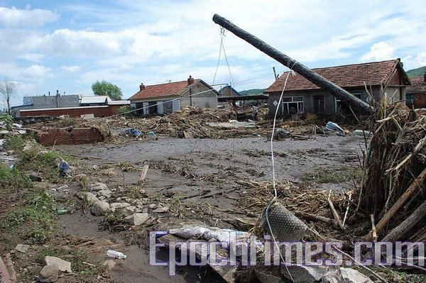 Последствия наводнения в окрестных деревнях города Хуадянь провинции Цзилинь. Фото: The Epoch Times