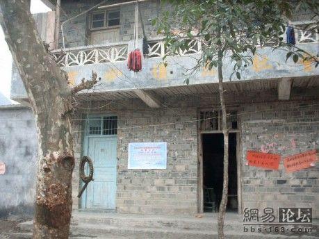 Висящий на дереве круглый железный обруч и железная палка выполняют роль школьного звонка. Фото с secretchina.com