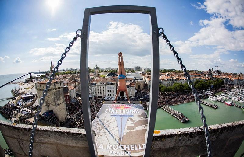 Ла-Рошель, Франция, 25 мая. Англичанин Блейк Олдридж готовится к прыжку с 27,5-метровой вышки на соревнованиях по прыжкам со скал. Фото: Romina Amato/Red Bull via Getty Images