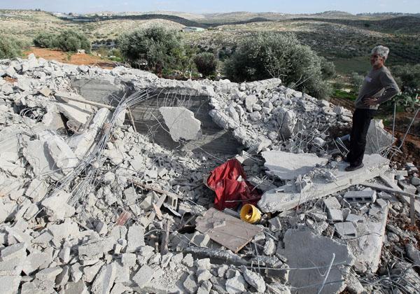 Мужчина стоит на развалинах дома своего брата. Здание было снесено за то, что на него не было выдано разрешение. Север Тель-Авива, Израиль. Фото: JACK GUEZ/AFP/Getty Images