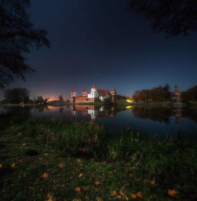 Мирский замок в лунном свете. Фото: Алексей Угальников, vk.com/albums3554740