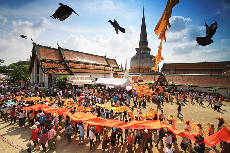 9место. Шествие буддистов и храм Пхра Махатхат во время Фестиваля Хэ Пха Кхин Тхат в провинции Накхонситхаммарат, Таиланд. Автор фото KOSIN SUKHUM, лицензия CC-BY-SA-4.0