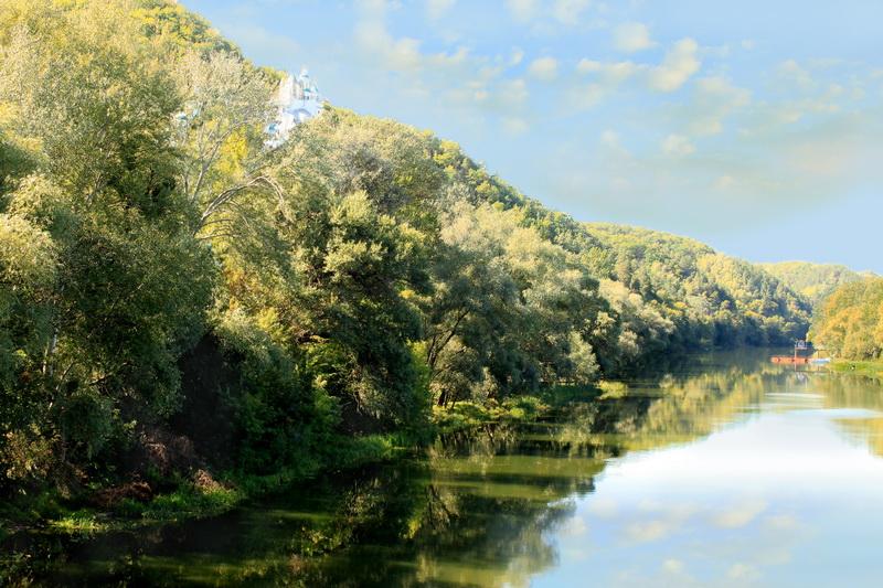 Святые горы. Монастырь кажется миражом в утренних лучах солнца. Фото: Валерия Мирошко