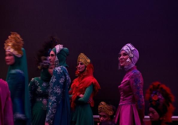 Показ платьев мусульманок: фестиваль моды в Куала-Лумпуре. Фото: MANAN VATSYAYANA/AFP/Getty Images