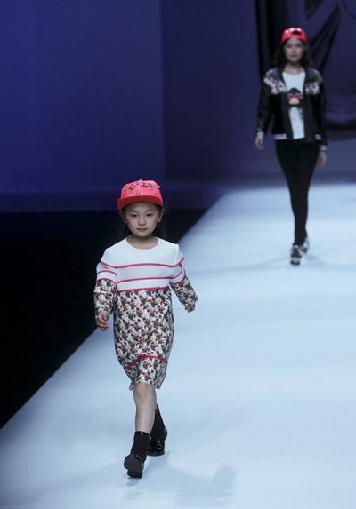 Детская мода на показе в Китае. Фото: STR/AFP/Getty Images