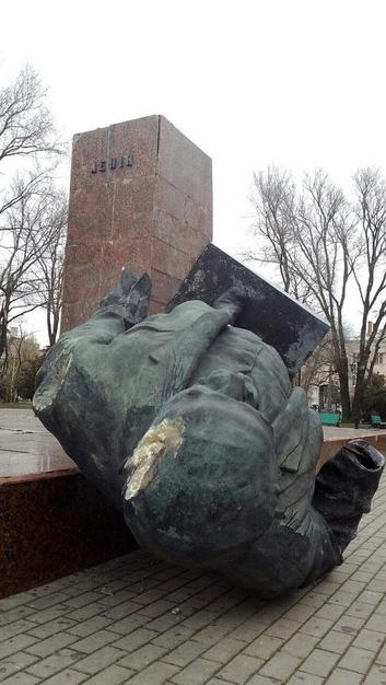 Повалений пам'ятник Леніну у Бердянську. Фото: twitter.com/matvienkogena