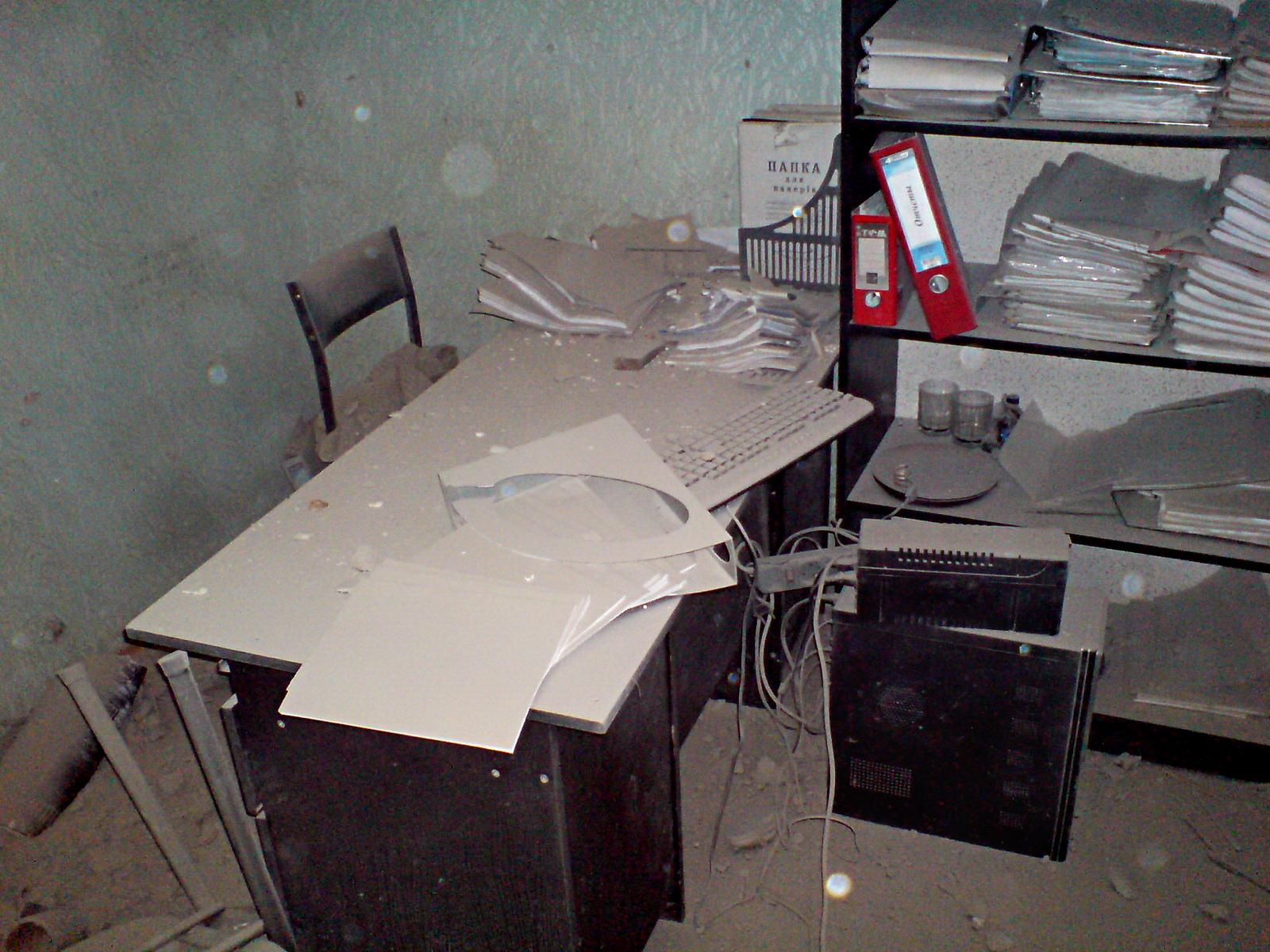 Кабинет после падения снаряда. Фото, предоставленное редакцией «Технополиса»