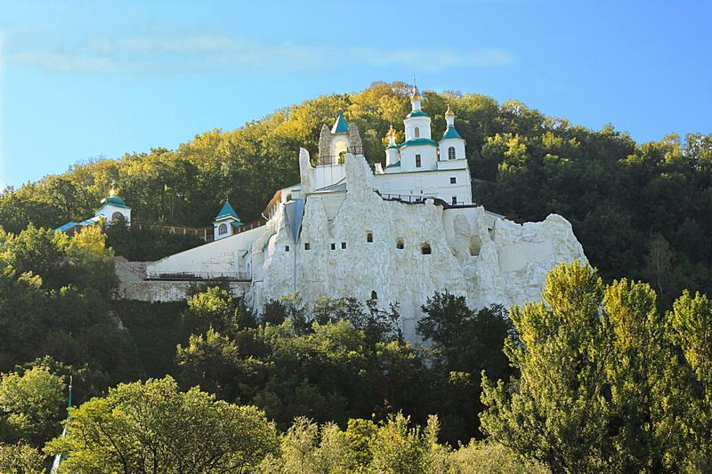 Святогорск. Древний монастырь в меловых скалах. Фото: Валерия Мирошко