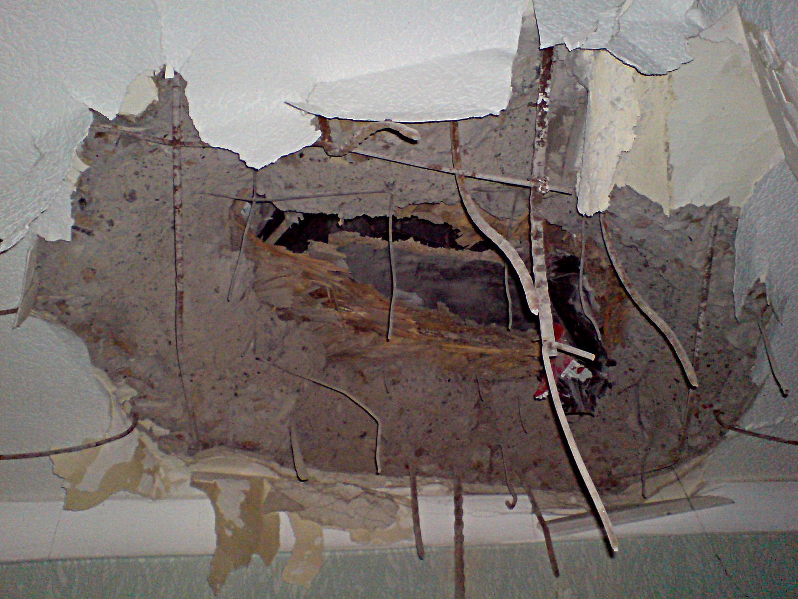 Отверстие в потолке, оставленное снарядом. Фото, предоставленное редакцией «Технополиса»
