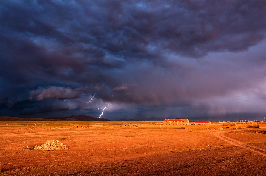 Красиві й, одночасно, страшні заходи Болівії, супроводжувані грозами та дощами. Фото: boredpanda.com