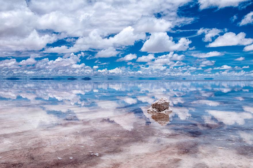 Під час сезону дощів солончак Уюні покривається тонким шаром води й перетворюється на найбільшу в світі дзеркальну поверхню. Фото: boredpanda.com