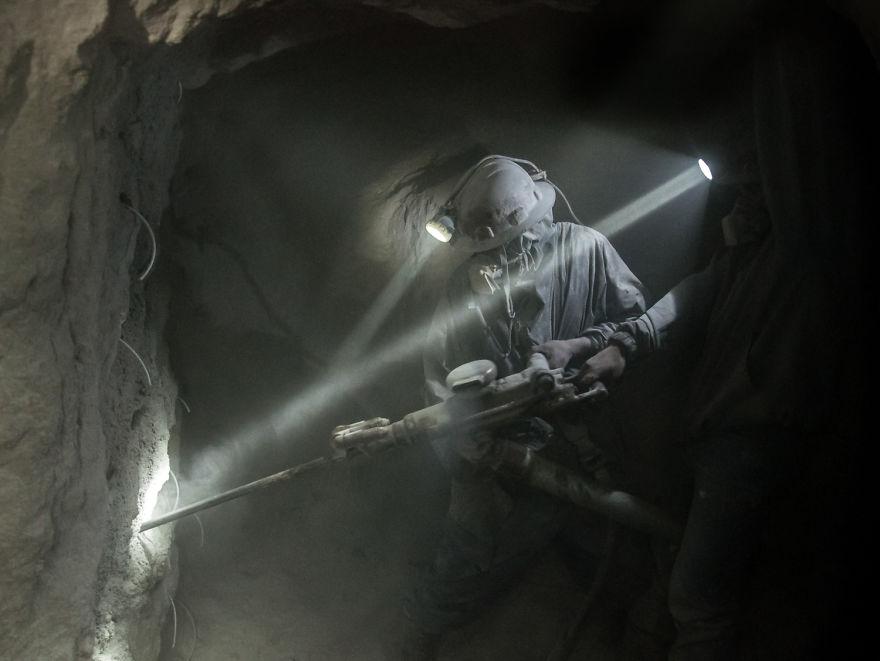 Видобуток мінералів. Шахта срібла в місті Потосі. Срібло тут добували ще іспанці у XVI столітті. Всього за кілька доларів на тиждень шахтарі працюють у нестерпних умовах. Силікоз легенів є однією з основних причин смерті, багато хто не доживає і до 40-річчя. Фото: boredpanda.com