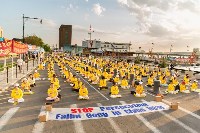 Празднование дня Фалунь Дафа в разных странах мира, с 9 по 13 мая 2015 года. Фото: TheEpochTimes.com