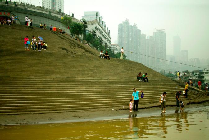 Будівлі на березі річки Янцзи в китайському місті Чунцін, знято у вересні 2009 року фотографом Пітером Шеєм. Фото: Courtesy of Peter Shay