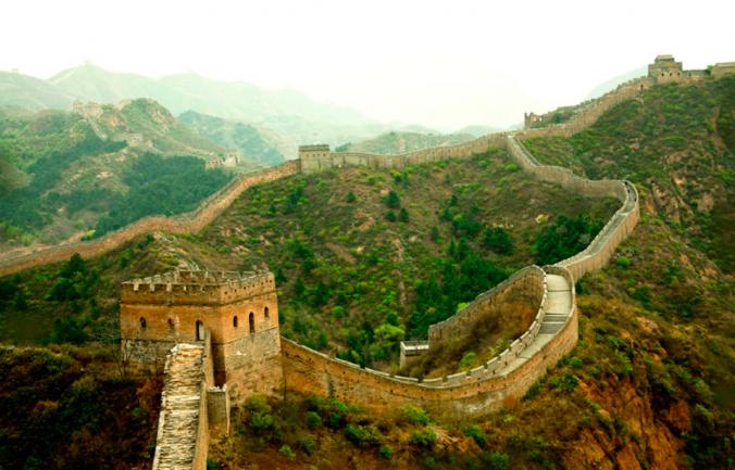 Вид на Цзіньшаньлінську частину Великої Китайської стіни, знято у квітні 2011 року Пітером Шеєм. Фото: Courtesy of Peter Shay