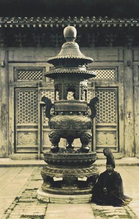 Курильниця і лама в храмі Юнхе в столиці Китаю Пекіні, знято в 1920-ті роки. Фото: Collection of Peter Shay
