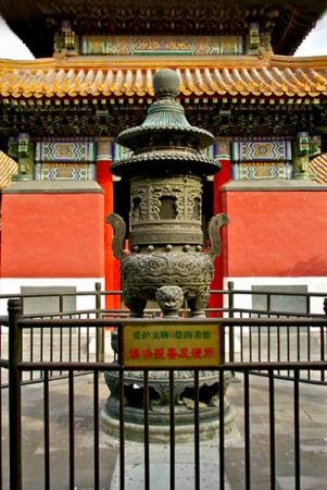 Курильниця в храмі Юнхе в столиці Китаю Пекіні, знято Пітером Шеєм у вересні 2010 року. Фото: Courtesy of Peter Shay