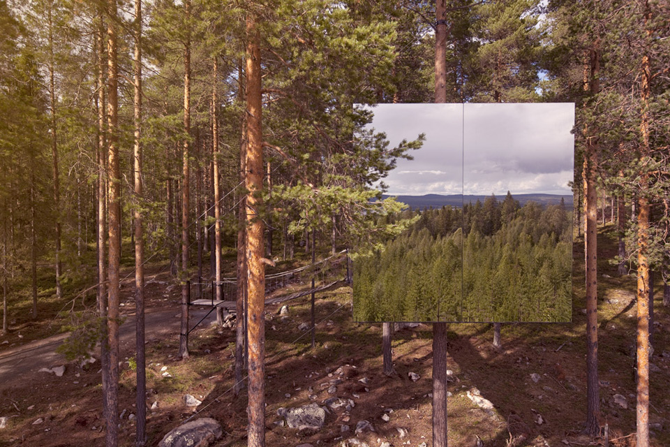 Стены «Микрокуба» покрыты антибликовым стеклом и отражают его окружение. Фото: treehotel.se