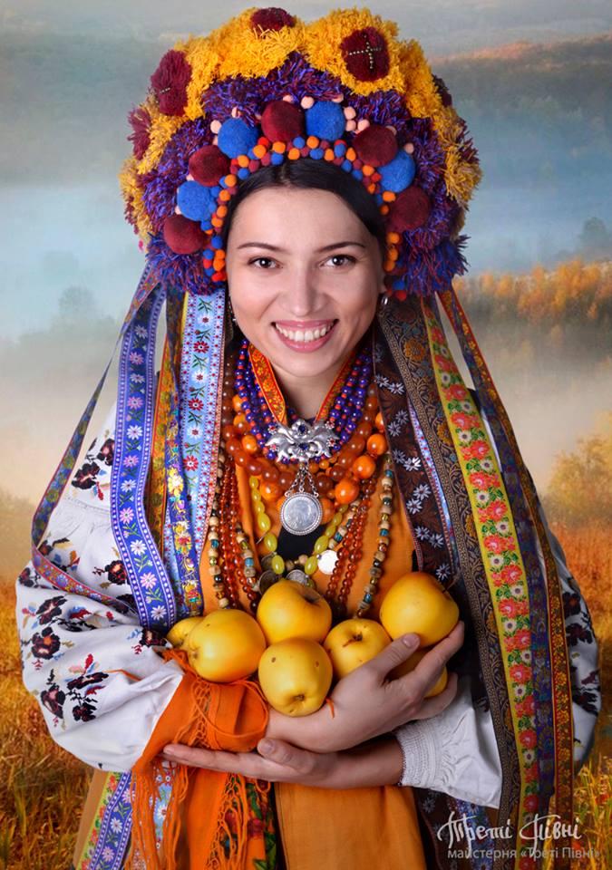Головний убір — сучасна стилізація Полтавського весільного вінка з балабонів. Фото: facebook.com/TretiPivni