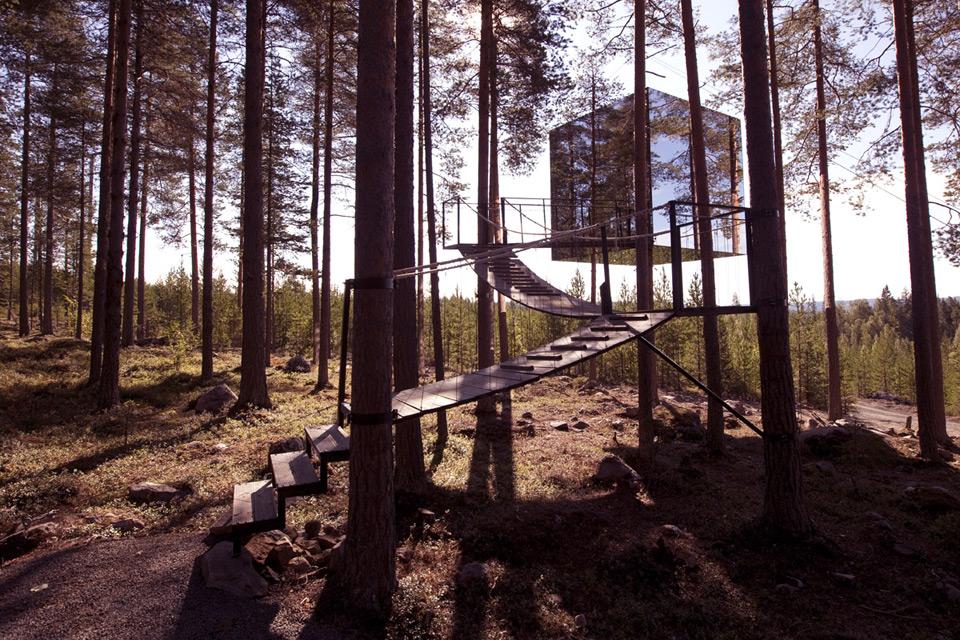 «Микрокуб» это захватывающие прятки среди деревьев. Он маскируется зеркальными стенами, которые отражают их окружение. Размеры 4x4x4 метра, а стены покрыты антибликовым стеклом. Фото: treehotel.se