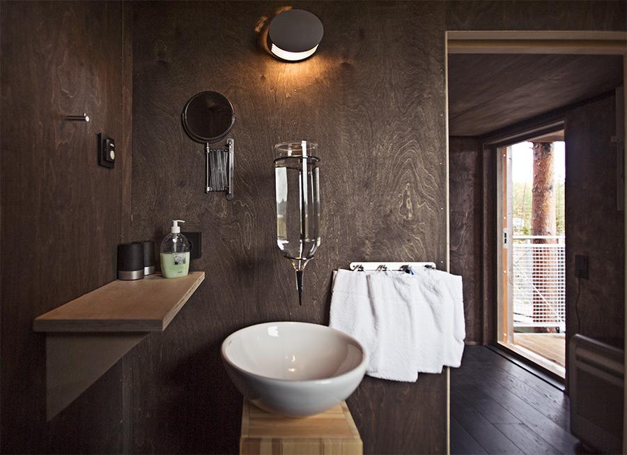 Вход в душевую комнату в гостинице «Стрекоза». Фото: treehotel.se