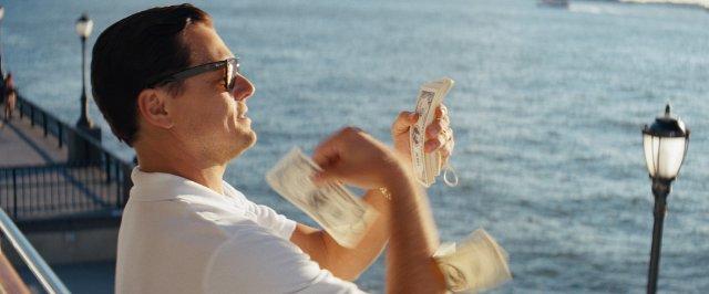 Леонардо ді Капріо в сонцезахисних окулярах Ray-Ban Original Wayfarer RB2140 у фільмі Wolf of Wall Street