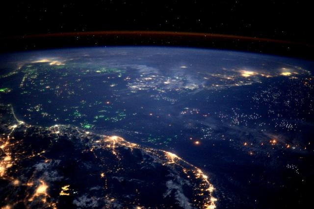 Рибальські човни, що світяться вночі зеленим світлом. Фото: Tim Peake/ESA/NASA