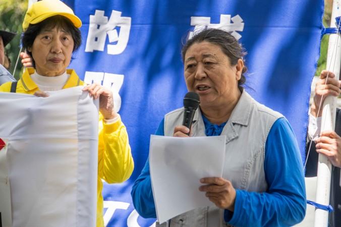 Тан Лицюань рассказывает о своём судебном иске против Цзян Цзэминя на митинге 1 июля перед китайским консульством. Фото: Mark Cao/Epoch Times