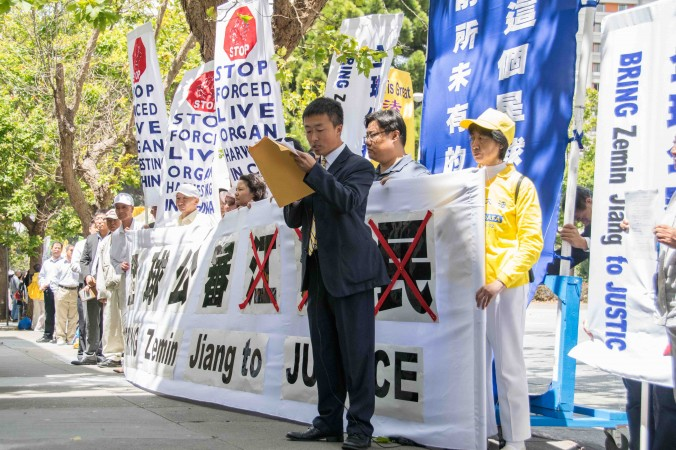 Юй Ян розповідає про свій судовий позов проти Цзян Цземіня під час мітингу 1 липня перед китайським консульством. Фото: Mark Cao/Epoch Times