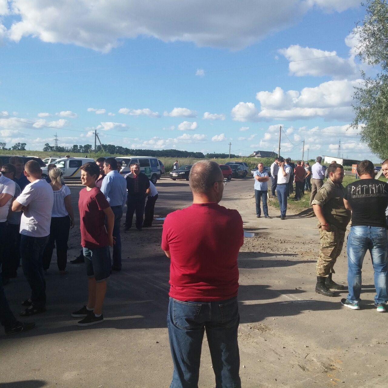 Возле полигона твёрдых бытовых отходов между Тарасовкой и Крюковщиной. Фото: EpochTimes.com.ua
