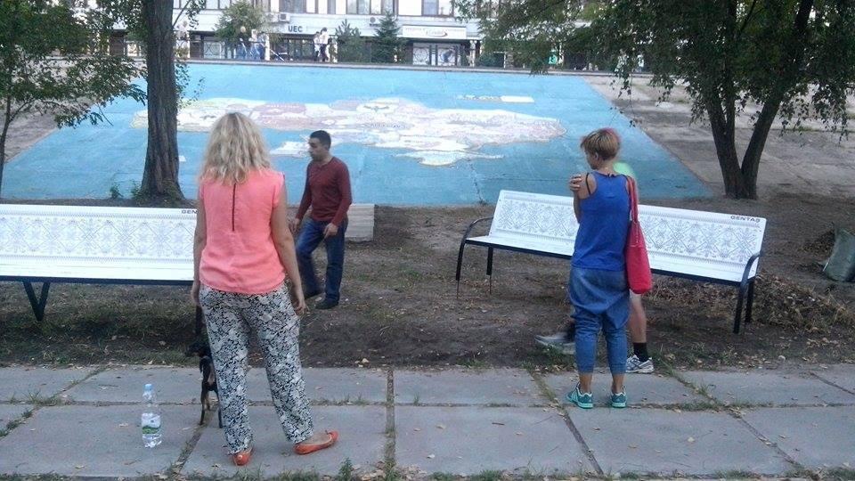 Скамейки  с украинским орнаментом в парке «Наталка» в Киеве. Фото: facebook.com/groups/parknatalka