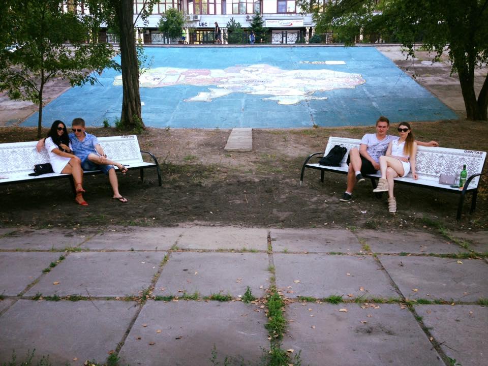 Лавки з українським орнаментом у парку «Наталка» в Києві. Фото: facebook.com/groups/parknatalka