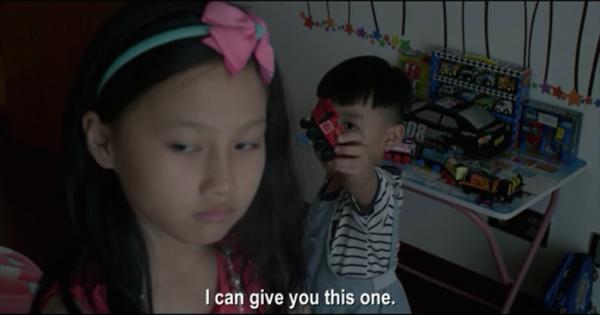 Лілі засмучена, що тепер вона повинна ділити свою кімнату з братом. Скріншот: Vimeo