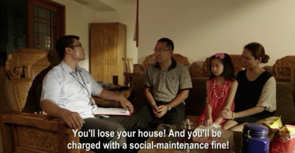 Інспектор пояснює родині про наслідки, якщо вони порушать правило мати більше однієї дитини в домі Скріншот: Vimeo